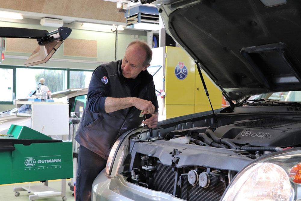 TCS-Mitarbeiter kontrolliert Beleuchtung eines Autos