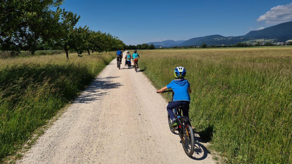 Enfant à vélo à Selzacher Witi, près de Soleure
