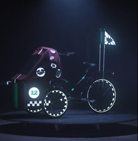 Ein Cargo-Bike im Rennauto Look mit reflektierender Velofahne, reflektierenden Felgenklebern und coolen reflektierenden Stickern
