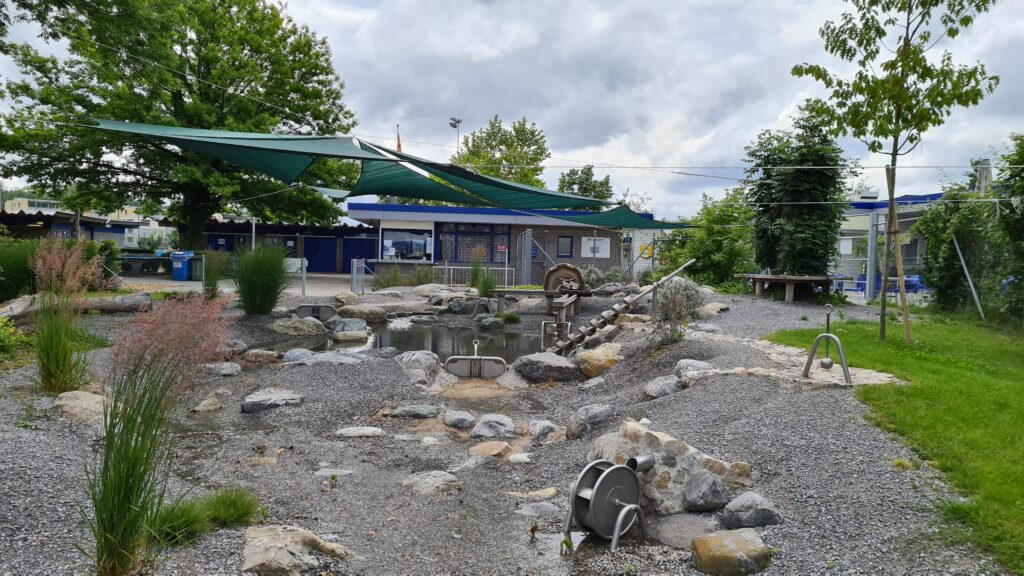 Balade familiale à vélo autour du lac de Sempach, dans le canton de Lucerne: aire de jeux aquatiques sur la plage de Sempach