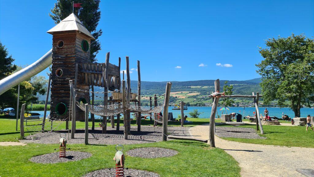 Circuit cycliste familial dans le Seeland : aire de jeux avec cheminée dans la station balnéaire d'Erlach