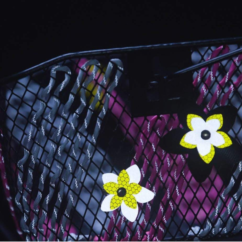 Istruzioni fai da te per un tragitto casa-scuola più sicuro: Bicicletta decorata con fiori riflettenti e Paracord intrecciato