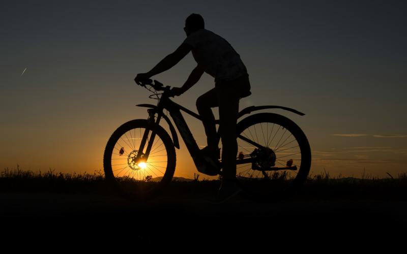 Testeur de vélo électrique 2021 lors d'un essai pendant le crépuscule.