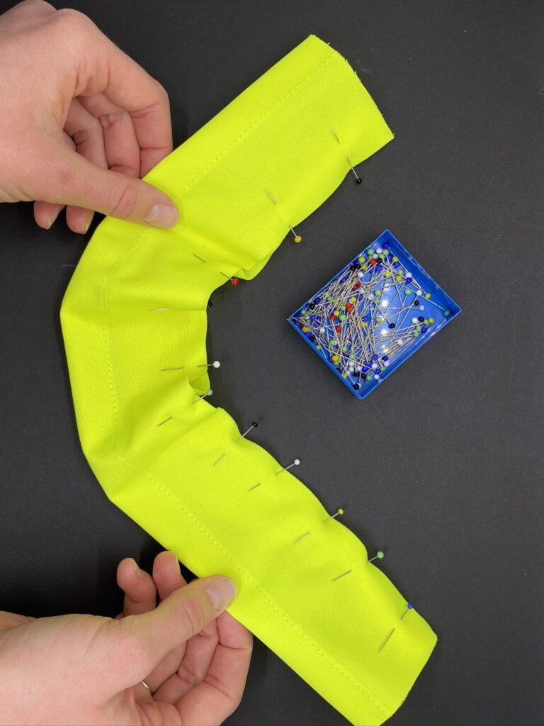 Upcycling-Idee: Reflektierendes Scrunchie aus alter Leuchtweste, Schritt 2