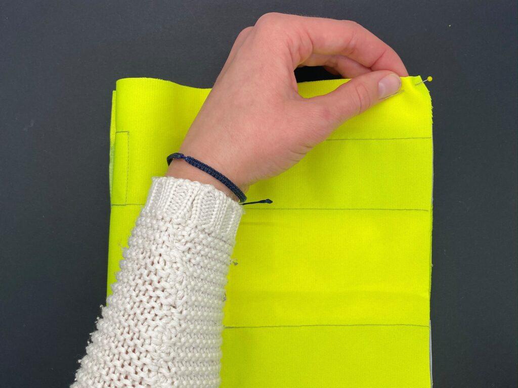 Upcycling-Idee: Bauchtasche aus altem Gürtel und Leuchtweste, Schritt 3