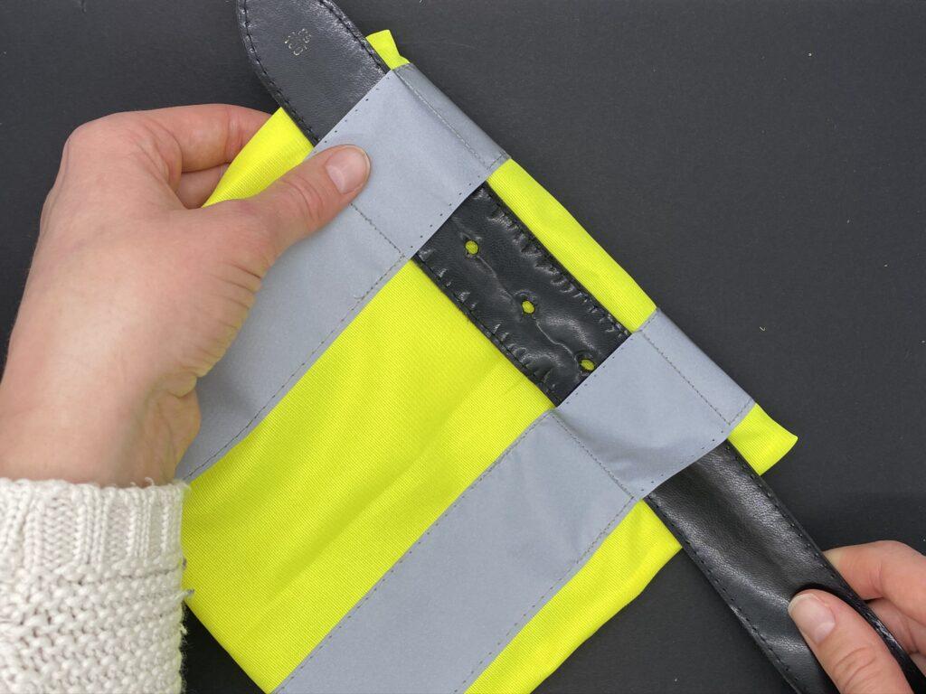 Upcycling-Idee: Bauchtasche aus altem Gürtel und Leuchtweste, Schritt 4