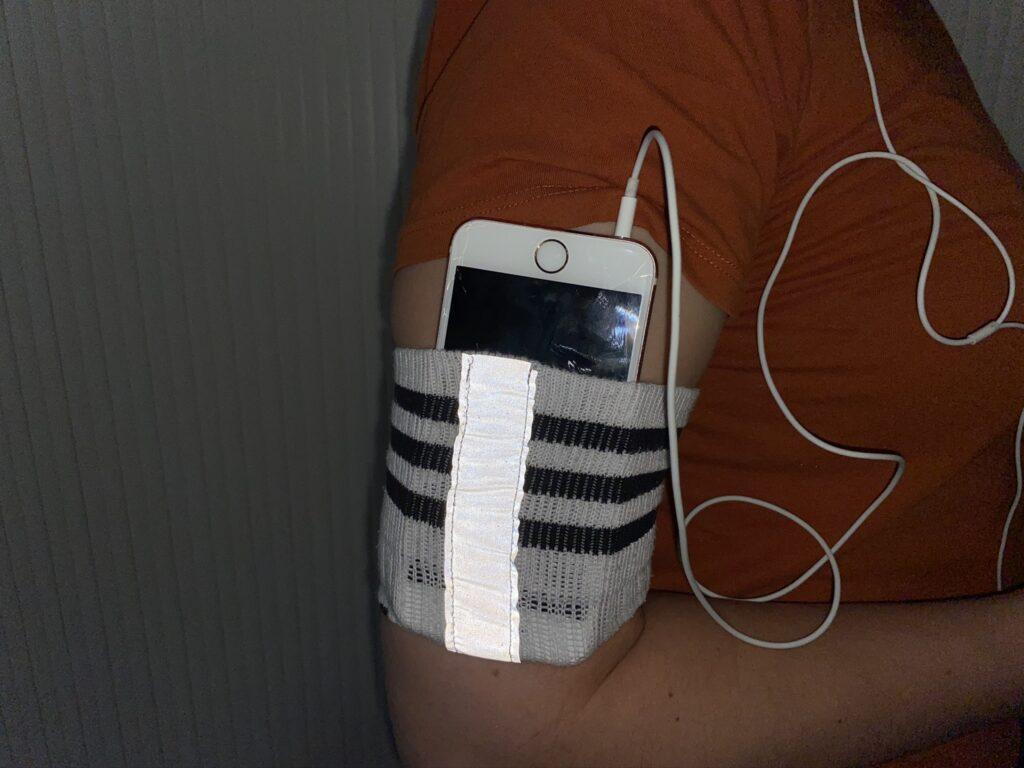 Upcycling-Idee: Sportarmband fürs Smartphone aus alter Socke
