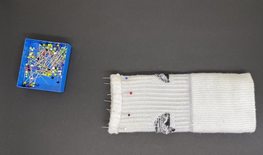 Upcycling-Idee: Sportarmband fürs Smartphone aus alter Socke, Schritt 1