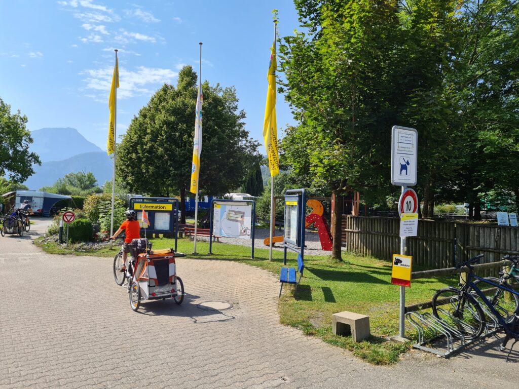 Tour in bicicletta nella Svizzera centrale: una ciclista con rimorchietto e bimbo al seguito in partenza dal TCS Camping di Horw.