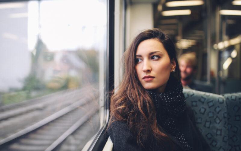 Pendlerin im Zug