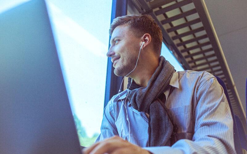 Pendler, welcher im Zug arbeitet
