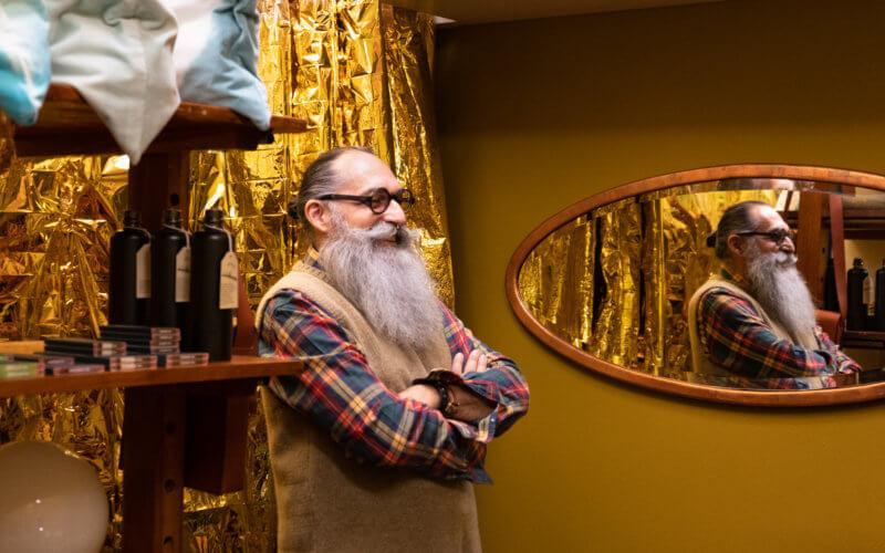 Gerold Brenner si trova davanti a una tenda d'oro nella