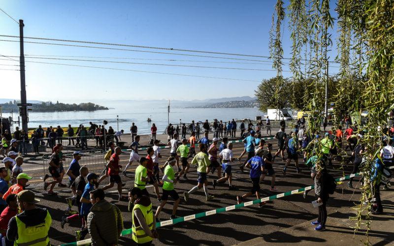 bunte Züricher Marathonläufer Zürisee Baum Zuschauer