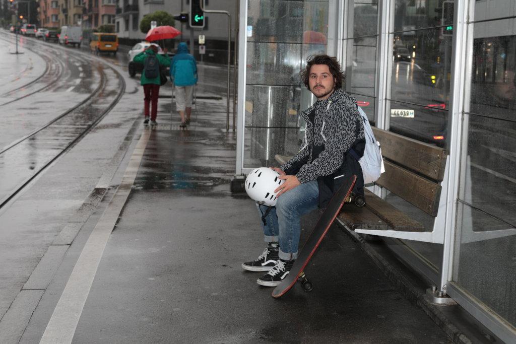Helm, Regenjacke, Rucksack, und Schuhe reflektieren