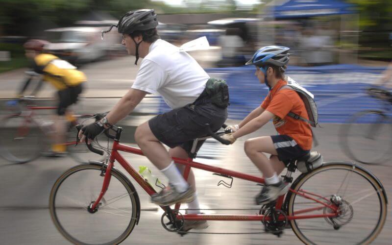 Tandemfahrer mit Helm