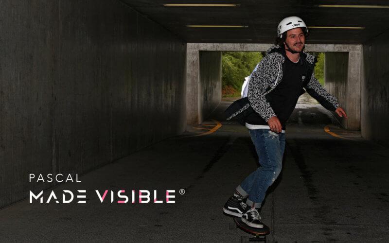 Pascal MADE VISIBLE In giro sullo skateboard all'insegna della visibilità